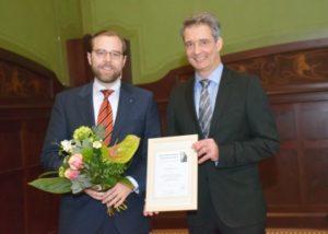 Dr. Dr. Philipp Kanzow erhält den Erwin-Reichenbach-Förderpreis der ZÄK aus den Händen von Kammerpräsident Dr. Carsten Hünecke (r.).