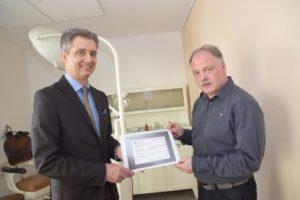 Kammerpräsident Dr. Carsten Hünecke übergibt den Erlös der Tombola des Zahnärzteballes in Höhe von 4000 Euro an Andreas Haesler vom Dentalhistorischen Museum Zschadraß.
